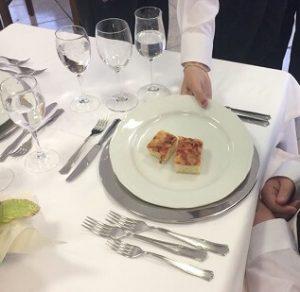 Servizio del piatto a destra del cliente